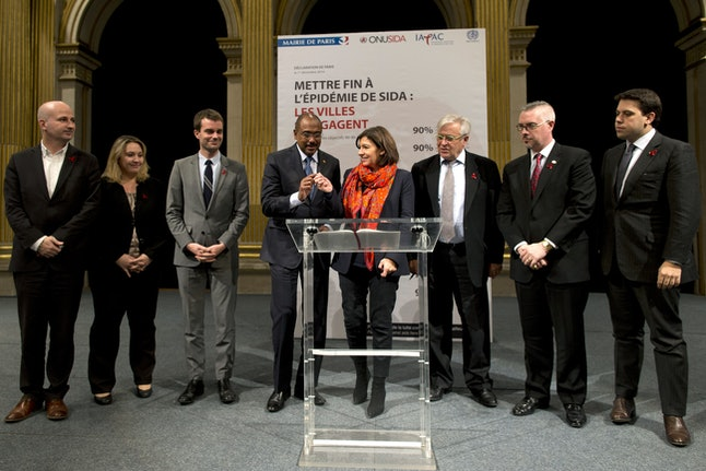 The city of Paris and UNAIDS sign an initiative agreement on World Aids Day 2014.