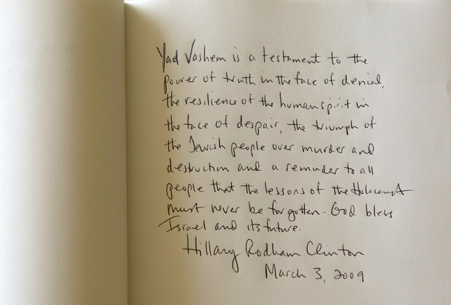 Clinton's guestbook signature at Yad Vashem in 2009.