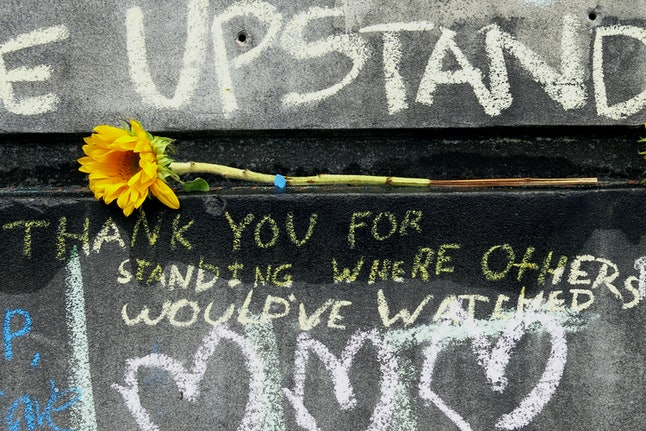 A flower and message are shown at a memorial for the victims who were fatally stabbed during an attack in Portland, Oregon.