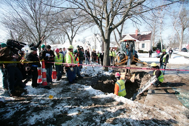 Workers replacing old water pipes in Flint.