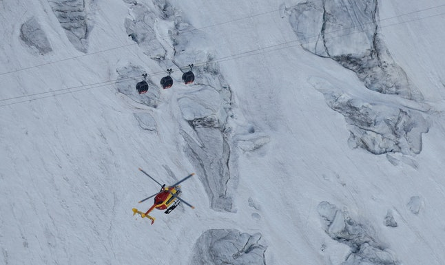 The cable cars got stuck after becoming entangled over Mont Blanc.