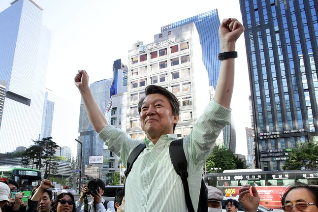 Ahn Cheol-soo meets with supporters at a Seoul event on May 7.
