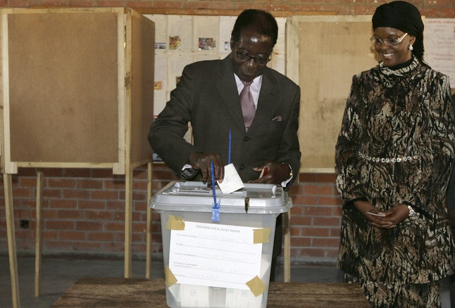 Robert Mugabe voting in 2008